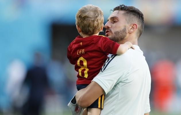 Hispaania poolkaitsja Koke pojaga pärast 5:0 võitu Slovakkia üle. Foto: Scanpix / Reuters / Jose Manuel Vidal