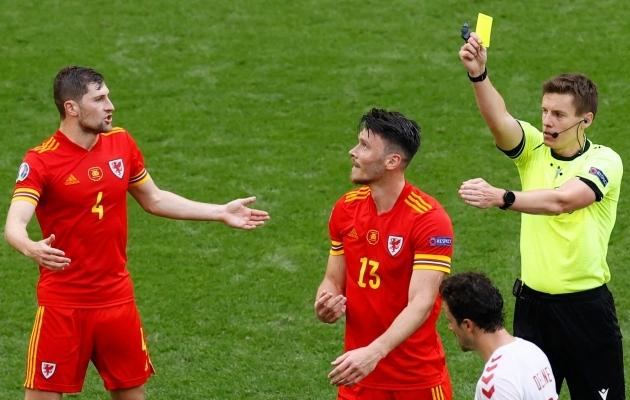 Walesi koondise ründaja Kieffer Moore'ile 1/8-finaalis Taaniga näidatud kollane kaart oli läbinisti arulage. Foto: Scanpix / AFP / Koen van Weel