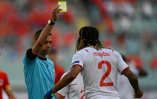 Šveitsi koondislane Kevin Mbabu on üks neist neljast mehest, kes teab, et kui ta veerandfinaalis kollase saab ja meeskond võidab, jääb tal poolfinaal vahele, sest ta teenis kollase kaardi ka neli mängu tagasi ehk alagrupiturniiri esimeses voorus. Absurd? Absurd! Foto: Scanpix / AFP / Ozan Kose