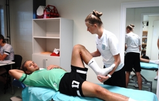 Külmasprei ja veega mängijaid päästma? Mis on tegelikult füsioterapeudi kotis ja mida ta päriselt teeb?