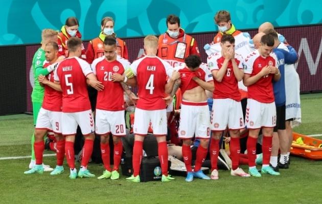 Taani koondise mängijad seisavad ümber elustatava Christian Erikseni. Foto: Scanpix / Reuters / Wolfgang Rattay