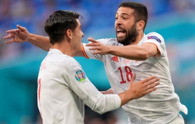 Hispaania koondislased Alvaro Morata ja Jordi Alba tähistamas viimase väravat mängus Šveitsiga. Foto: Scanpix / AFP / Dmitry Lovetsky