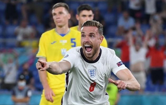 Inglismaa poolkaitsja Jordan Henderson tähistamas Ukrainale löödud väravat. Foto: Scanpix / AFP / Ettore Ferrari
