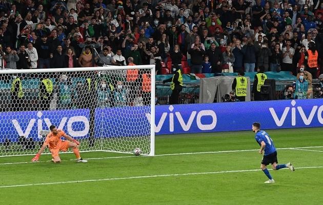 Niimoodi läkitas Jorginho penaltipunktilt Itaalia koondise EM-finaali. Foto: Scanpix / AFP / Facundo Arrizabalaga