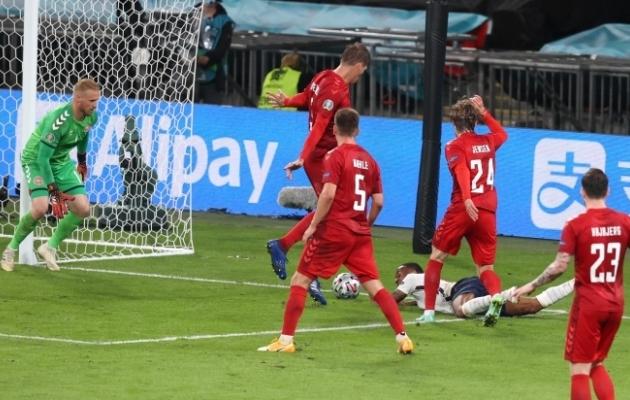 Raheem Sterling on murul kõhuli ja kohtunik Danny Makkelie vilistab penalti. Foto: Scanpix / Reuters / Catherine Ivill