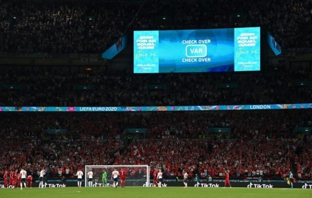 """Wembley staadioni tabloo teatab konkreetselt """"Check over"""", mis tähendab, et penalti jääb kehtima. Foto: Scanpix / Reuters / Paul Ellis"""
