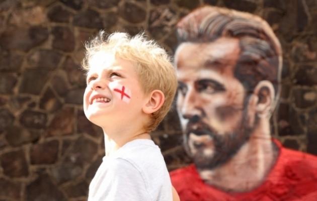 Noor Inglismaa koondise toetaja Harry Kane'i kujutava seinajoonistuse juures. Foto: Scanpix / Reuters / Lee Smith