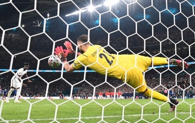 Gianluigi Donnarumma tõrjub Bukayo Saka penalti ja teeb Itaaliast Euroopa meistri. Foto: Scanpix / AFP / Paul Ellis