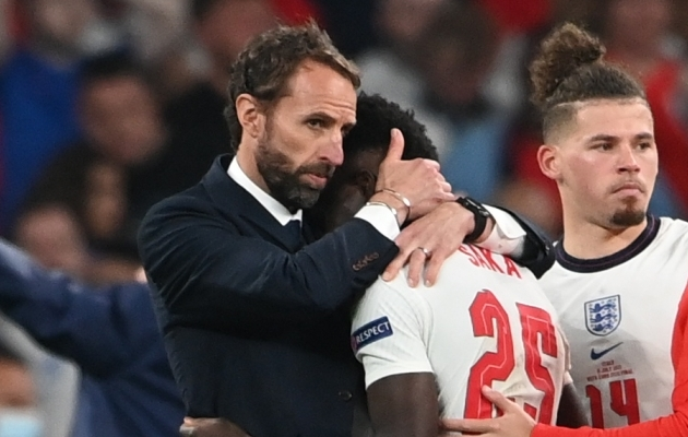 Inglismaa peatreener Gareth Southgate lohutab Bukayo Sakat. Foto: Scanpix / Reuters / Andy Rain