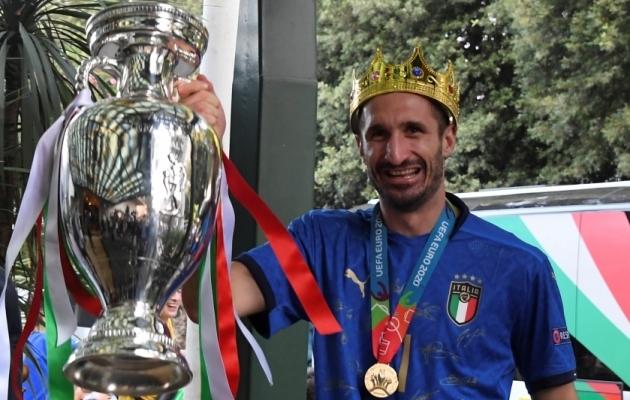Kuningas Giorgio Chiellini on vanim kapten, kes EM-i võitjakarika pea kohale tõstnud. Foto: Scanpix / Alberto Lingria / Reuters