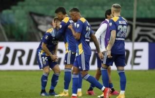 Boca Juniorsi meeskonnaliikmed ei suutnud pärast karikasarjast langemist emotsioone kontrollida: politsei kasutas pipragaasi