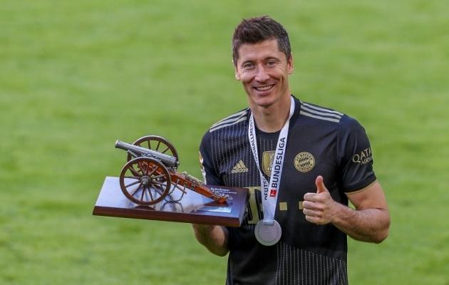 Robert Lewandowski Bundesliga parima väravaküti trofeega. Foto: Scanpix / Christian Kolbert / imago images