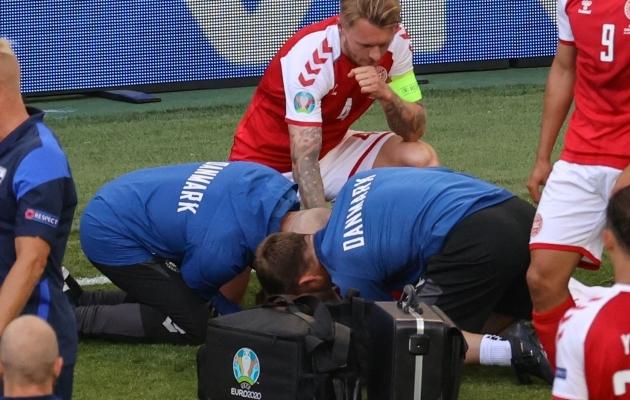 Simon Kjaer ja arstid aitasid üheskoos päästa Taani koondislase Christian Erikseni elu. Foto: Scanpix / AFP / Wolfgang Rattay