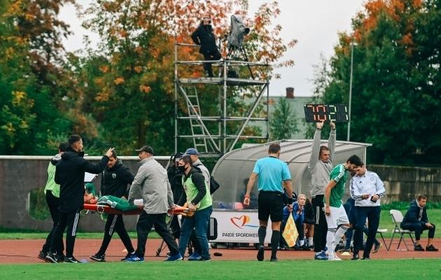 Abdul Razak Yusif tegi avapoolaja keskpaigas Marko Putincanini vastu vea. Yusif sai punase kaardi ja Putincanin viidi kanderaamil väljakult minema. Foto: Liisi Troska / jalgpall.ee