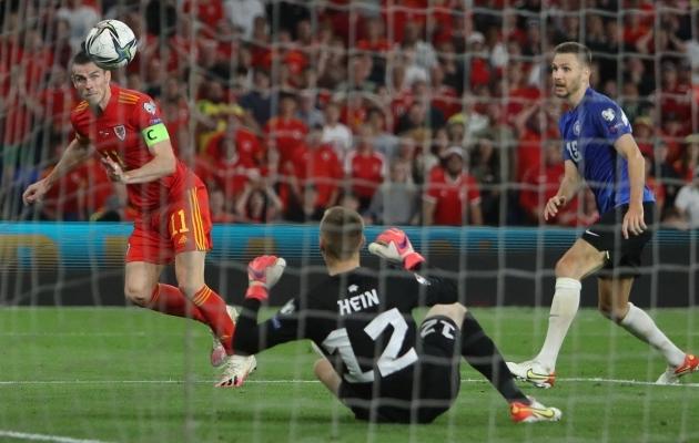 See Gareth Bale'i pealöök tabas posti, aga mitte Eesti väravat. Foto: Scanpix / Geoff Caddick / AFP