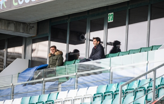 Endine Kalju mängujuht Amir Natho (paremal) oli üks vähestest staadionile kogunenud pealtvaatajatest. Foto: Jana Pipar / jalgpall.ee