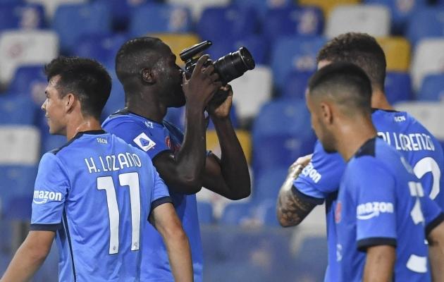 Kalidou Koulibaly (kaameraga) viimase aja vorm on olnud vapustav: viimase kahe liigamänguga on pallur löönud kaks ise ning teinud ühele väravale eeltöö. Foto: Scanpix / Ciro Fusco / EPA