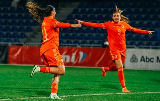 Värava üle rõõmustavad Natasha Harding ja Kayleigh Green. Foto: Liisi Troska / jalgpall.ee