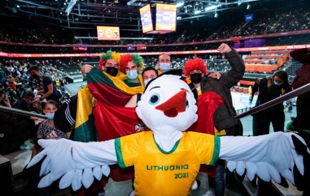 Leedus toimuva saalijalgpalli MM-finaalturniiri maskott koos fännidega. Foto: Oliver Hardt / FIFA / FIFA via Getty Images