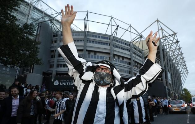 Ei, see pole tiitlipidu: Newcastle'i fännid kogunesid staadioni juurde uue omaniku saabumist tähistama. Foto: Scanpix / Action Images via Reuters / Lee Smith
