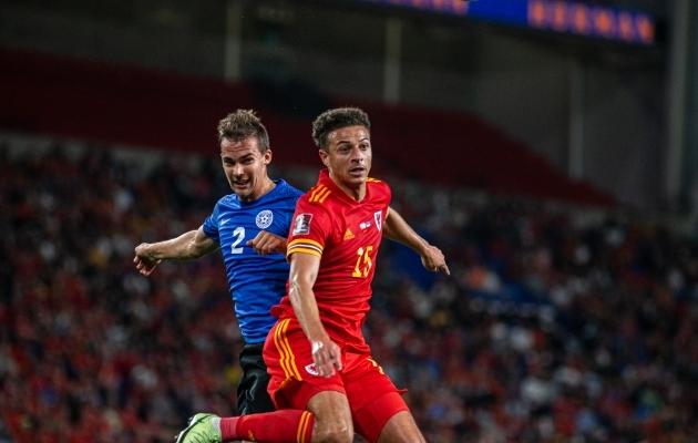 Eesti keskkaitsja Märten Kuusk võitlemas Walesi mängija Ethan Ampaduga septembris Cardiffis peetud mängus, mis lõppes 0:0 viigiga. Foto: Jana Pipar / jalgpall.ee