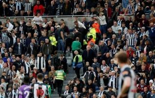 Newcastle'i ja Tottenhami mäng peatati fänni terviserikke tõttu 20 minutiks